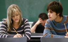 jovens sentados numa sala de aula