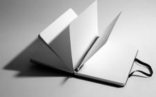 caderno de folhas lisas aberto ao meio