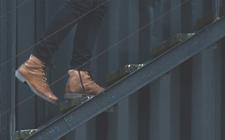 pessoa a subir umas escadas